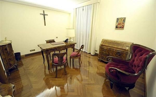El papa Francisco se trasladó a otra habitación con un área más amplia para reuniones y ahí planea quedarse. (Observatorio Romano)