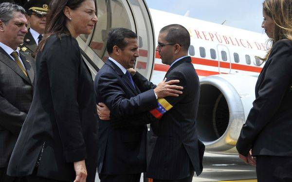 Humala volvió a Lima entre críticas por viaje para asunción de Maduro