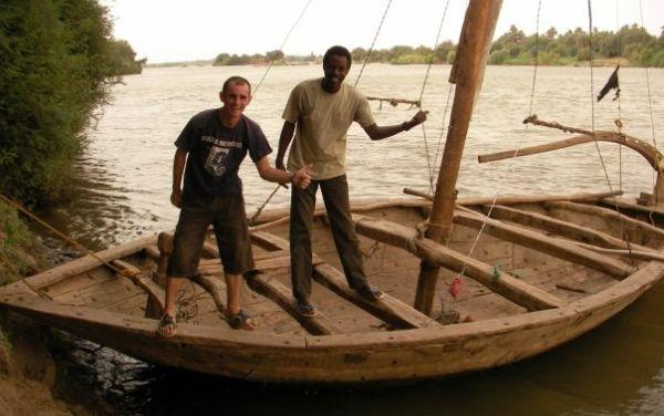 Para su travesía usó todo tipo de vehículos. En la foto se ve a Jeremy en Sudá a bordo de una barca (Foto: Facebook Jeremy Marie)