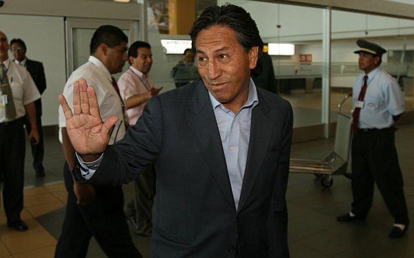Alejandro Toledo llega hoy a Lima para explicar millonaria compra de inmuebles de su suegra