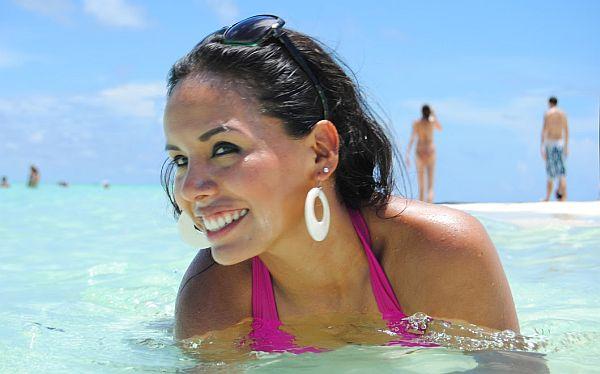 Ana María Cárdenas es una joven y guapa arquitecta que se jacta en las redes sociales de sus viajes por el Caribe y Europa. No tiene bienes a su nombre ni inscripción partidaria, pero Gagó asegura que es simpatizante fujimorista.